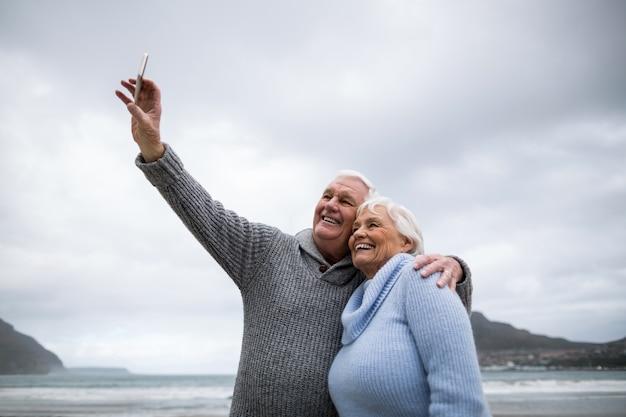 휴대 전화에서 selfie를 복용 수석 부부