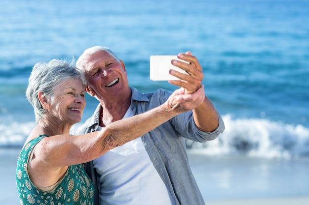 自撮りをしている年配のカップル