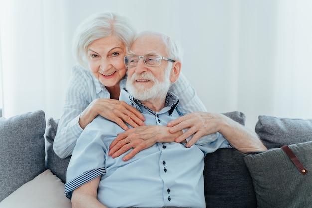 집에서 함께 하는 노부부, 행복한 순간 - 서로 돌보는 노인, 사랑에 빠진 조부모 - 노인 생활 방식과 관계에 대한 개념