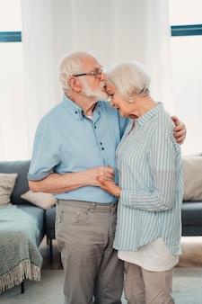 Пожилая пара вместе дома, счастливые моменты - пожилые люди, заботящиеся друг о друге, влюбленные бабушки и дедушки - концепции о пожилом образе жизни и отношениях