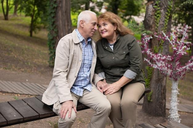 公園で一緒に年配のカップル