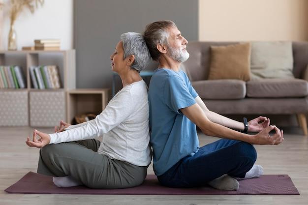 一緒にトレーニングする年配のカップル