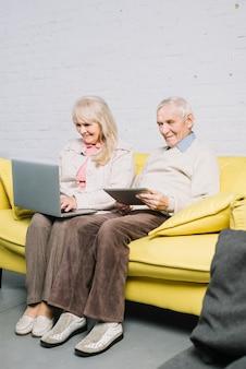 Пожилая пара с помощью ноутбука