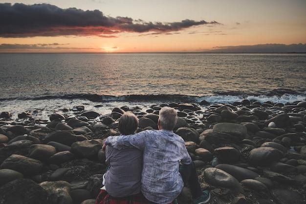 다시 포옹에서 본 수석 부부는 여름 휴가 라이프 스타일 동안 berach에서 일몰을 즐기는 사랑