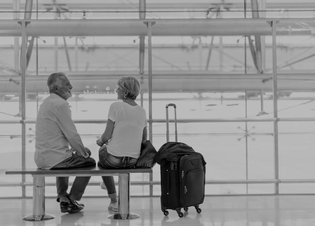 空港内での搭乗を待っている年配のカップル