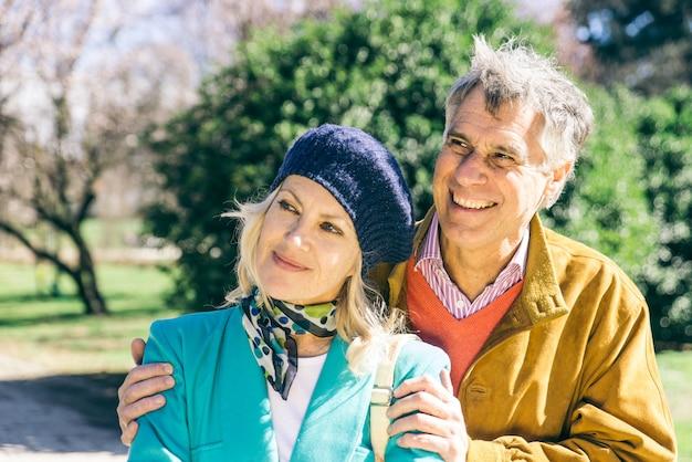 公園を歩いている年配のカップル