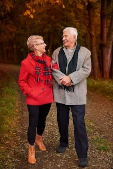 森の中を歩く年配のカップル