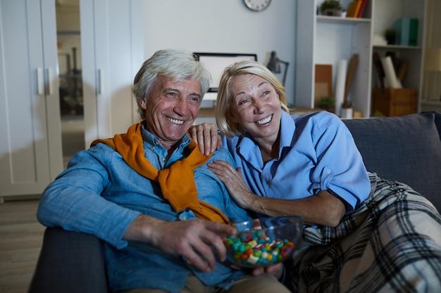 コメディーを見ている年配のカップル