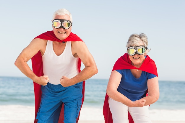 Старшая пара в костюме супермена