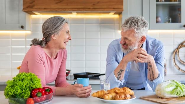 음식 중진공 상태 샷 노인 부부
