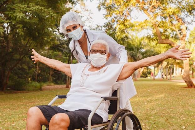 요양원 정원에서 간병인과 수석 장애인 여성