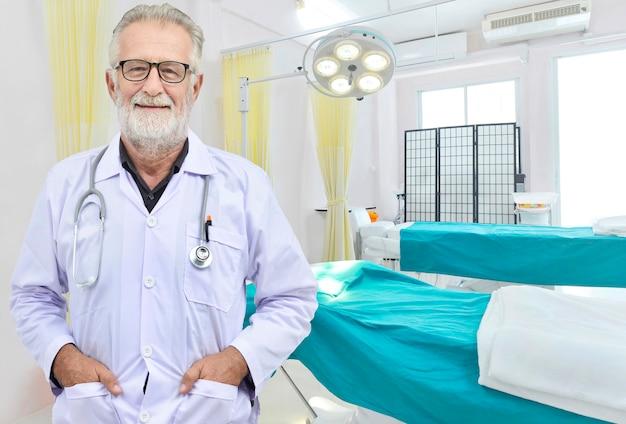 Старший врач на фоне операционной