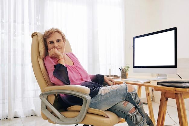 椅子で休んでシニア起業家