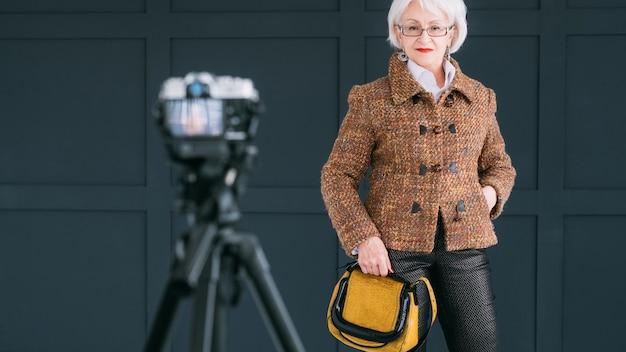 수석 패션 스타일리스트 블로거. 트렌디한 가을 옷을 입은 노부인 촬영 브이로그.