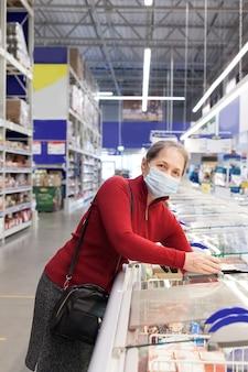 Старшие покупательницы в супермаркете в защитной медицинской маске