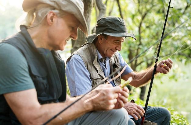 Старшие друзья, ловившие рыбу у озера