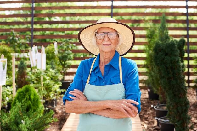 麦わら帽子をかぶっているシニアの庭師