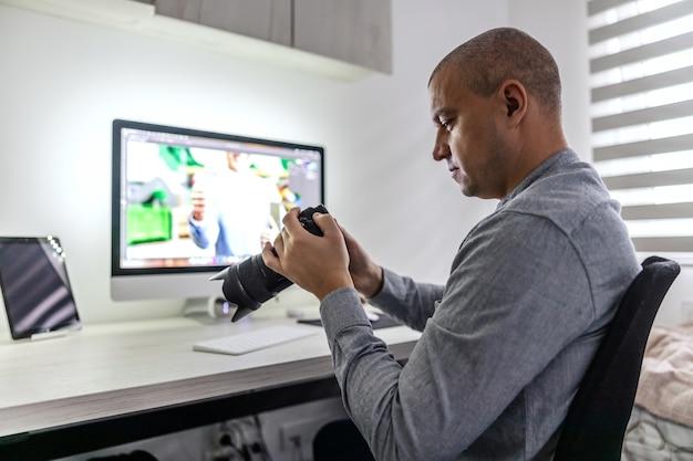 Старший графический дизайнер и фотограф просматривает исходный материал на профессиональной камере