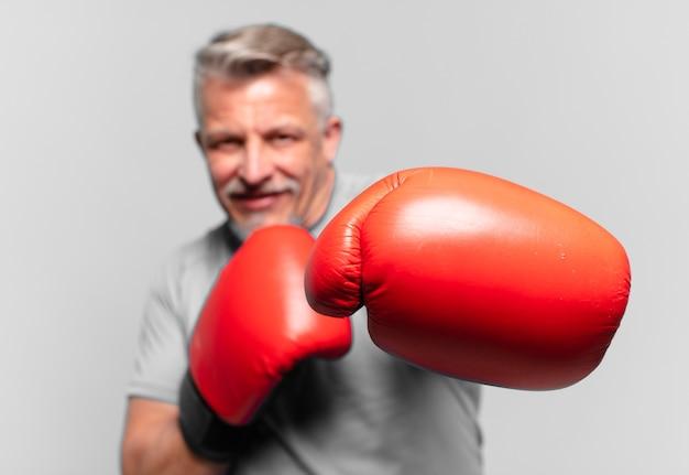 シニアハンサムな男ボクシング