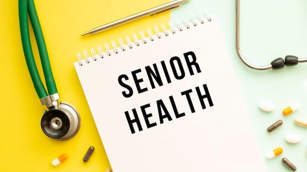 Senior health는 알약과 청진기 옆에 있는 색상표의 공책에 기록되어 있습니다.