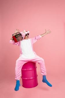 Старший хипстерский мужчина в стильной розовой одежде, изолированные на розовом фоне, технологичный и радостный