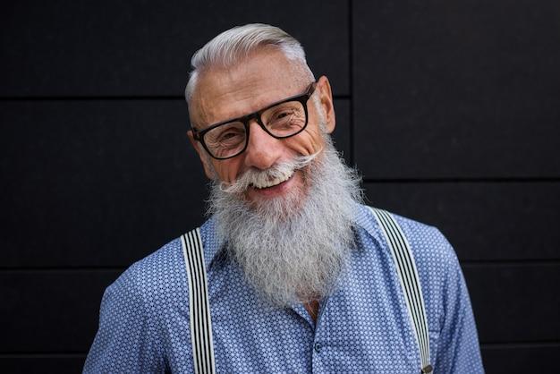 シニアの流行に敏感な男の肖像
