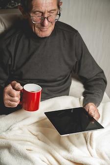 Старший, держа в руках планшет