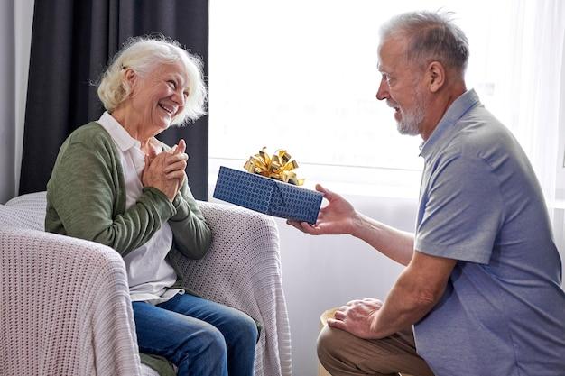 좋은 예쁜 아내에게 선물 상자를주는 깜짝 수석 남편, 행복한 세 여자는 낭만적 인 주말을 보내거나 집에서 기념일을 함께 축하하는 배우자로부터 예기치 않은 선물을 얻습니다.