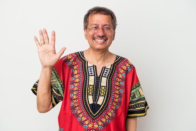 흰색 배경에 격리된 인도 의상을 입은 인도 노인은 손가락으로 5번을 보여주며 밝게 웃고 있습니다.