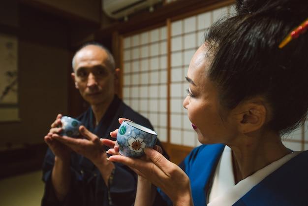 伝統的な家で日本のシニアカップルの瞬間