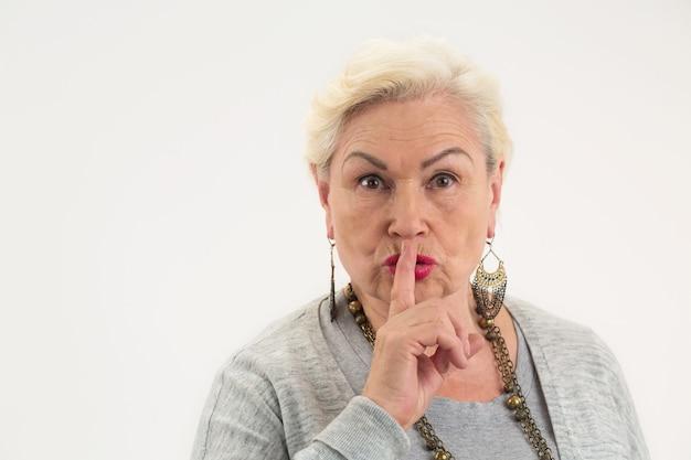 Старшая дама, показывающая жест молчания, женщина, держащая палец на губах, вы можете сохранить секрет