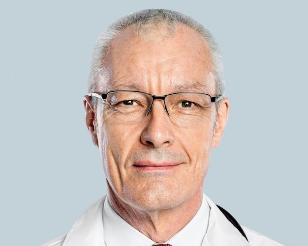 Medico maschio senior, lavori con la faccia sorridente e ritratto di carriera