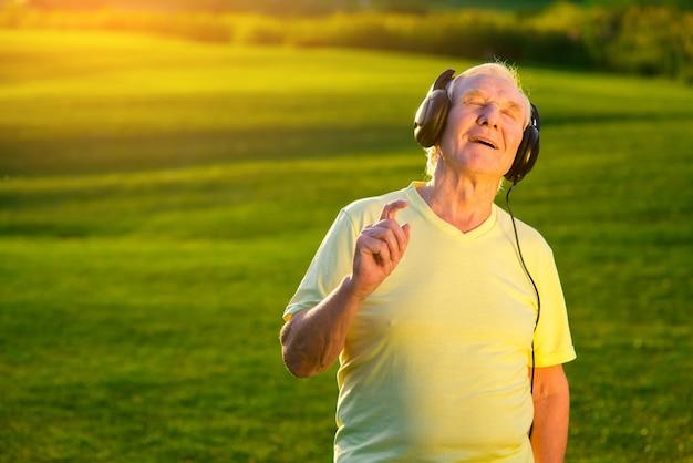 Старший мужчина в наушниках