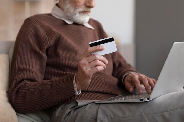 オンラインで買い物をする準備ができている年配の男性