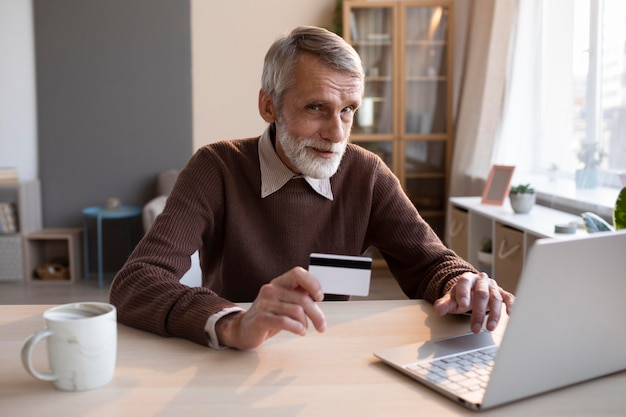 Старший мужчина готов делать покупки в интернете