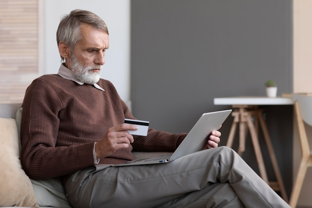 Старший мужчина, делающий покупки онлайн