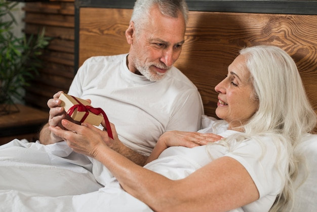 Старший мужчина удивительно жена на день святого валентина
