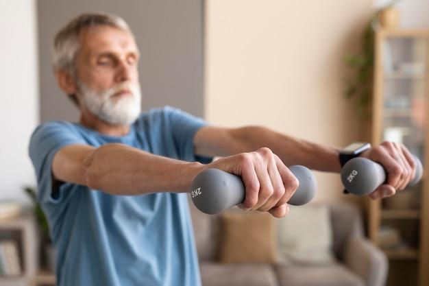 Старший мужчина работает дома