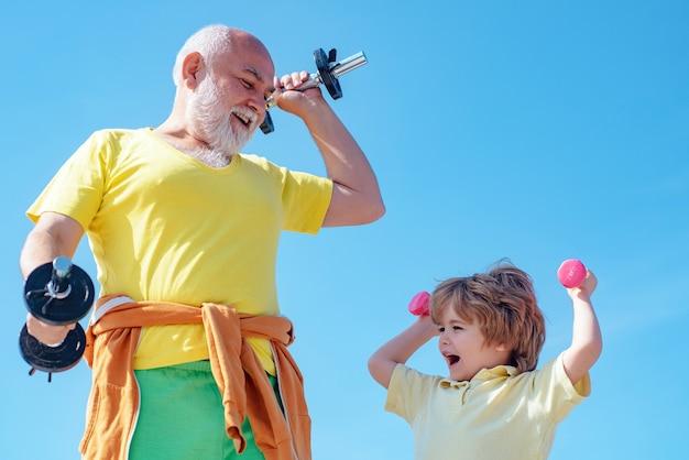 수석 남자와 푸른 하늘에 운동 아이입니다. 건강 관리 쾌활한 라이프 스타일. 건강의 초상화