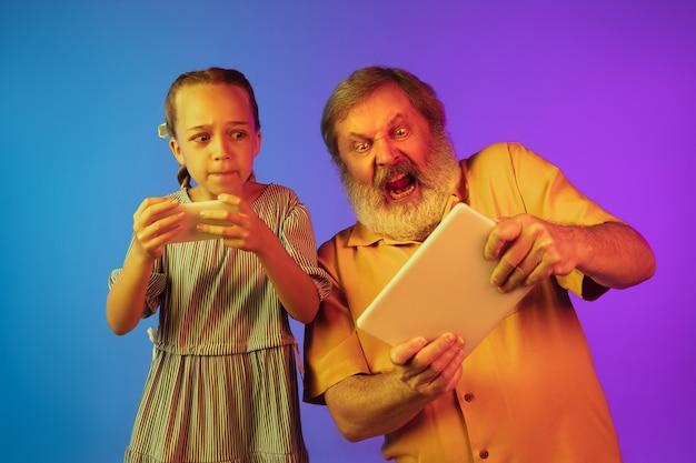 ネオンの年配の男性と孫娘