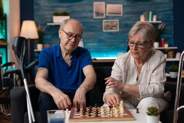 ボードゲームの試合に焦点を当てた年配の男性と女性