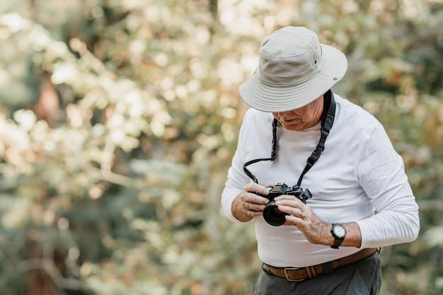 Старший мужчина, ценивший красоту природы