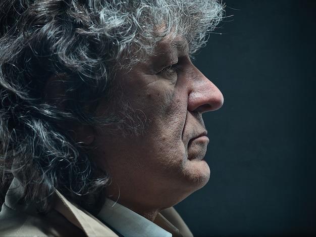 L'uomo anziano come detective o capo della mafia su grigio