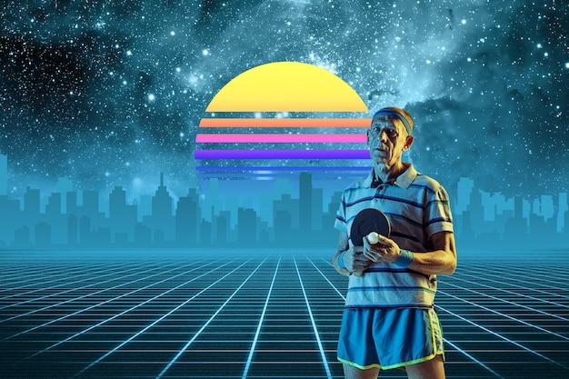 Старший спортсмен-мужчина. красивый фон, синти-волна и ретро-волна, футуристическая эстетика паровой волны. ультрафиолет, спортсмен в светящемся неоне. стильный флаер для рекламы, предложения, ярких цветов и вида на город.