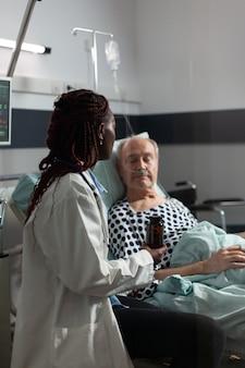 酸素チューブの助けを借りて呼吸している年配の男性