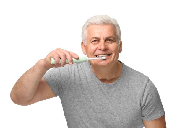 白の歯を掃除する年配の男性