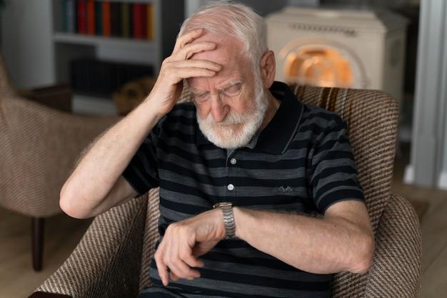 Старший мужчина борется с болезнью альцгеймера