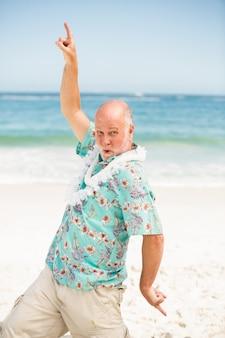 ビーチで踊る年配の男性