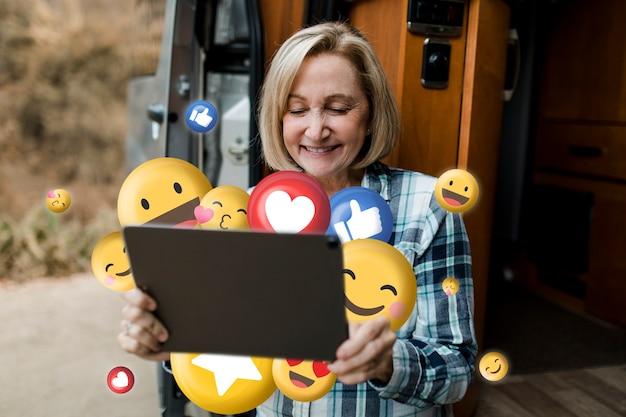 Старший мужчина, наслаждаясь просмотром социальных сетей на планшете