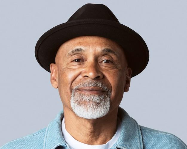山高帽をかぶって、年配の男性の顔の肖像画